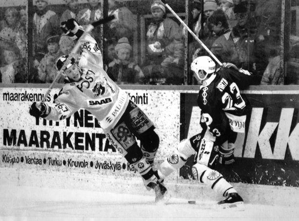 KalPan Juha Jokiharju (vas.) ja TPS:n Hannu Virta kohtasivat SM-liigan finaaleissa 1991.