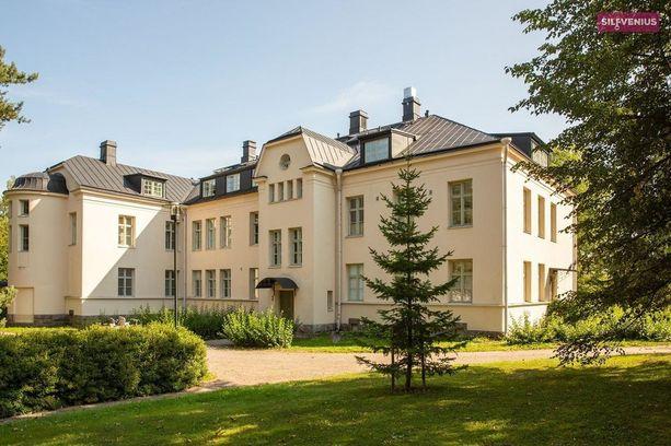 Vanhan mielisairaala-alueen jugend-rakennukset kantavat mukanaan alueen historiaa.