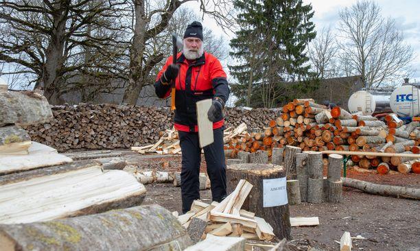 Juha Mieto huolehtii kunnostaan muun muassa klapeja hakkaamalla.