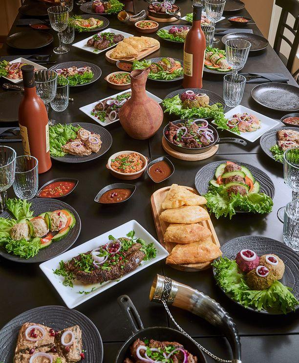 Supra on juhla-ateria, jolloin pöytään katetaan monenlaisia herkkuruokia ja juomia.