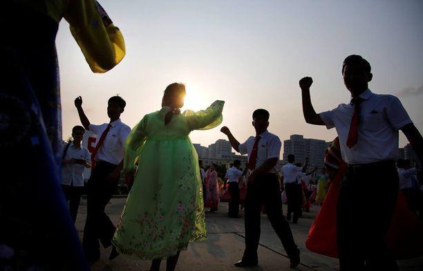 Tansseja järjestettiin eri puolilla maata.