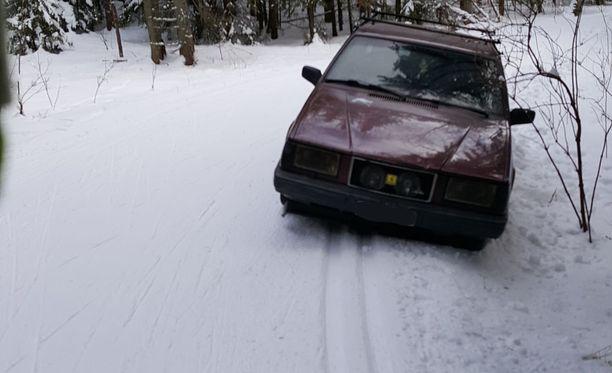 Auto jätettiin hiihtoladulle Vantaalla.