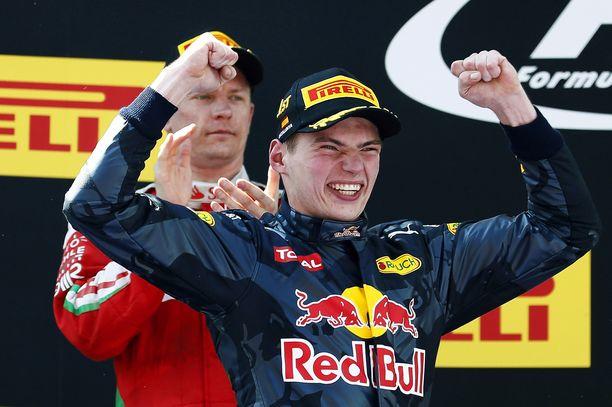 Max Verstappen ei vuosi sitten päässyt tuulettamaan Kimi Räikköseltä ryövättyä kolmossijaa kovin kauaa.