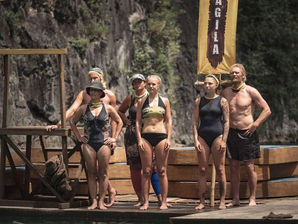 Lotta Näkyvä (kesk.) ja Veronica Verho (2. oik.) ovat valmiita pudottamaan eniten syövän ja ruoasta puhuvan Kim Heroldin.