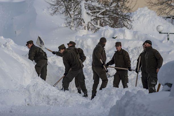 Sotilaita siirtämässä lumimassoja Itävallan Ramsaussa, missä lumivyöry osui hotelliin.