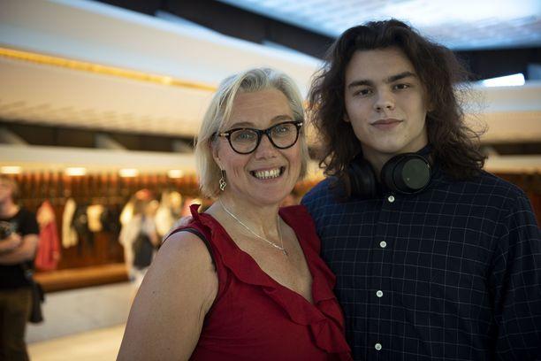 Tänään torstaina Ropo Saapui katsomaan Juuso-poikansa kanssa Pieni merenneito -musikaalia. Juuso täytti juuri 18 vuotta ja sai ajokortin.