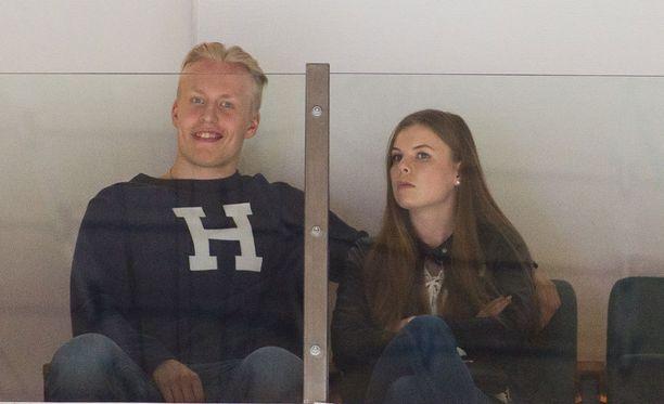 Patrik Laine suuntasi kesälomansa alkajaisiksi Hakametsään seuraamaan Tappara-HIFK-välieräottelua. Eilen lauantaina NHL-kiekkoilija juhlisti tyttöystävänsä Sanna-Mari Kiukaksen yo-lakkia.