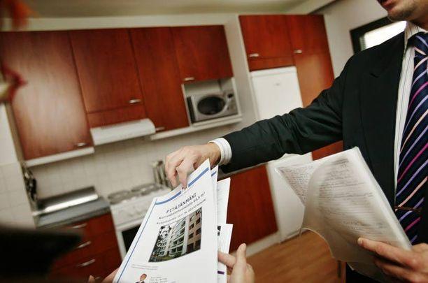 Konstit on monet sanoi huijari kun asuntoa esitteli. Takuuvuokran pyytäminen käteisenä on merkki siitä, että kaikki ei ole kohdallaan.
