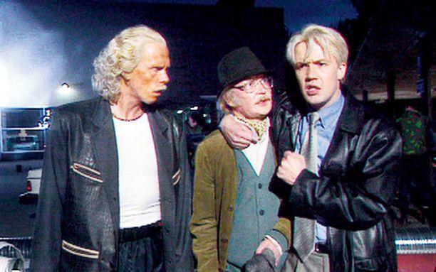 Berner (Jukka Rasila, vas.), Mats (Janne Reinikainen) ja Bergman (Petteri Summanen) etsivät murhaajaa.