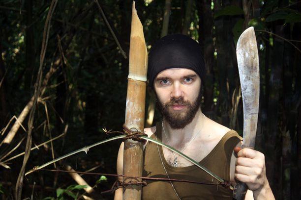 Bolo-veitsi on viidakossa tärkein työkalu. Sen avulla voi askarrella vaikka varsijousen. Tositilanteessa varsijousesta olisi tehtävä huomattavasti isompi, jos sillä haluaisi tappaa vaikka villisian.