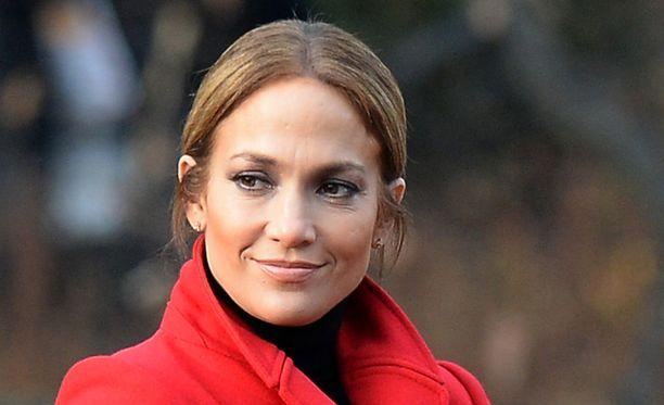Jennifer Lopez teki diilin Guessin kanssa. Nyt Guessia syytetään Lopezin kuvan muokkauksesta.