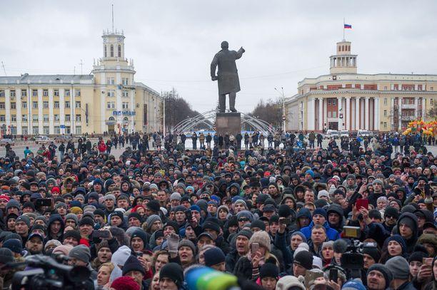 Tuhannet ihmiset ovat kokoontuneet tänään tiistaina Kemerovon keskustaan vaatimaan oikeaa tietoa tulipalon syistä ja uhrimäärästä.