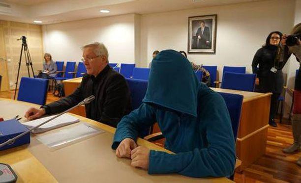 Teinitytön murhasta tuomittu mies peitti kasvonsa kameroilta, kun tapausta puitiin käräjäoikeudessa viime maaliskuussa.