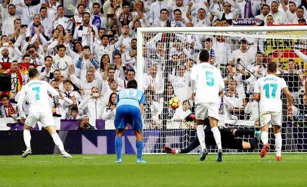 Cristiano Ronaldo (vas.) reagoi kaikkein nopeimmin Málaga-veskarin torjuntaan.