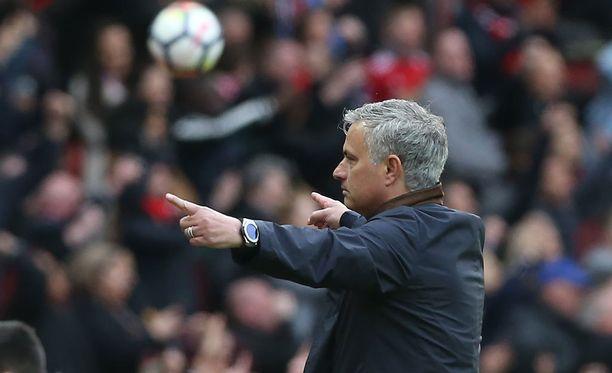 Jose Mourinho seuraa Romania-Suomi-ottelua.
