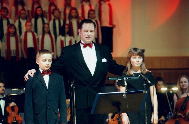 Vuonna 2000 Tapani Kansan rinnalla joulukonsertissa esiintyivät lapset Edward ja Madeleine.