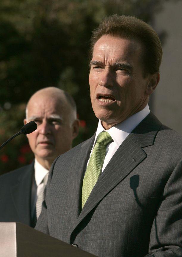 Kalifornia sai kuvernööri Arnold Schwarzeneggerin johdolla oikeuden asettaa autoille liittovaltiota tiukemmat päästörajoitukset. Nykyisin kalifornialaiset ostavat jo puolet kaikista USA:ssa myydyistä sähköautoista. Vuonna 2007 otetussa kuvassa taustalla nykyinen kuvernööri Jerry Brown.