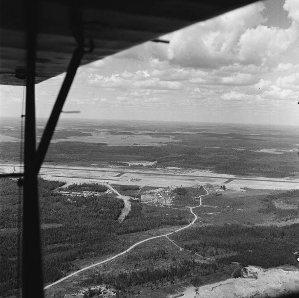 Tuore Helsingin lentoasema ilmasta käsin kuvattuna vuonna 1952.