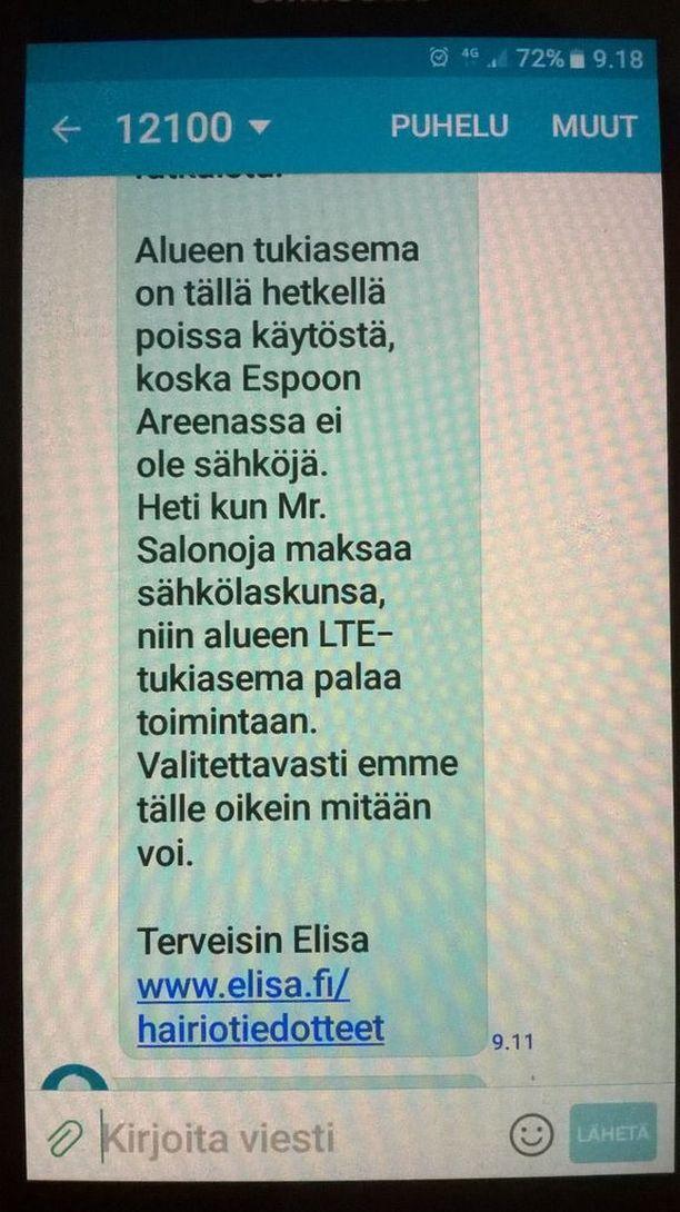 """Elisan asiakkaalle lähettämän viestin mukaan sammunut tukiasema alkaa toimia heti, kun """"Mr. Salonoja maksaa sähkölaskunsa."""" Elisan viestintäjohtajan mukaan teksti käy koulutusesimerkistä epäonnistuneesta viestinnästä."""
