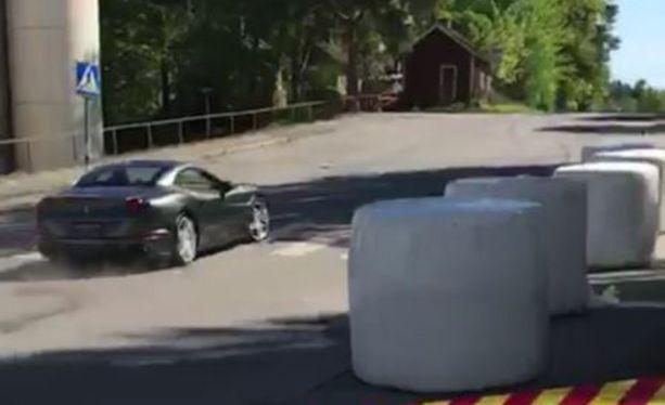 Ferrarin kuljettaja tekee ajovirheen, jonka seurauksena törmää tien laidassa olevaan rakennukseen.