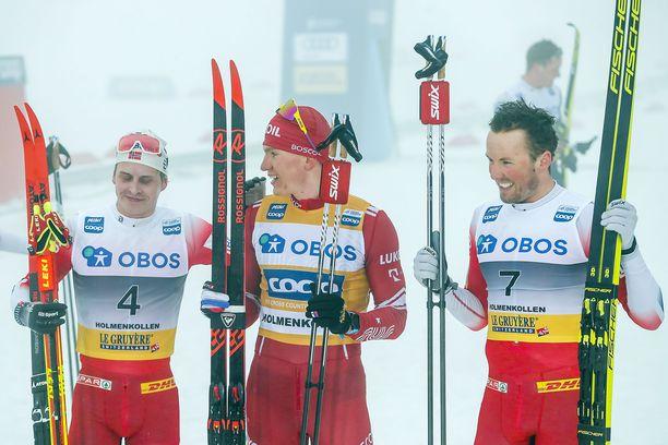 Simen Hegstad Krüger (vasemmalla), Aleksandr Bolshunov ja Emil Iversen olivat Holmenkollenilla palkintopallilla, mutta rahoja ei vielä näy.