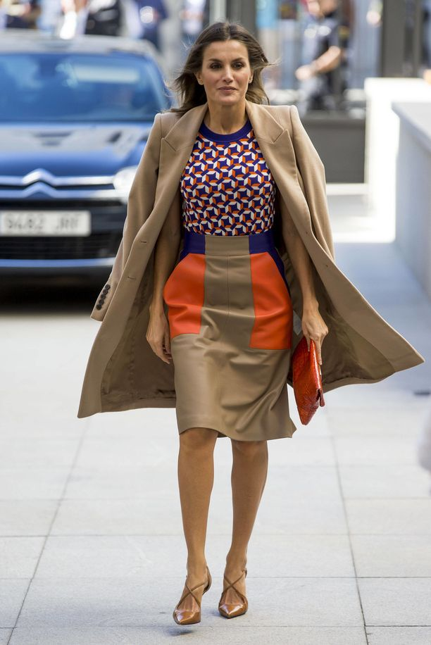 Madridissa lokakuussa 2018 Letizia nähtiin BOSS-brändin t-paidassa ja A-linjaisessa hameessa sekä Felipe Varelan kamelinvärisessä villakangastakissa. Lisäksi hänellä oli Ángel Schlesserin oranssi, krokokuvioitu pikkulaukku sekä Magritin Laura-avokkaat.