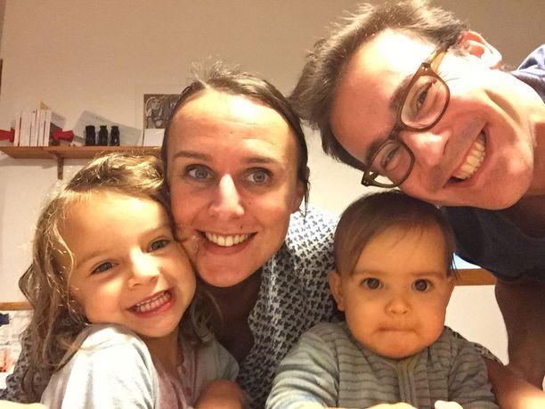 Audrey Henninger, tyttäret Louisa, 4, ja Sara, 1, sekä aviomies Mohammed Bouzar. Perhe asuu poliisin sulkualueen sisällä ja vietti viime yön lukittuna kotiinsa.