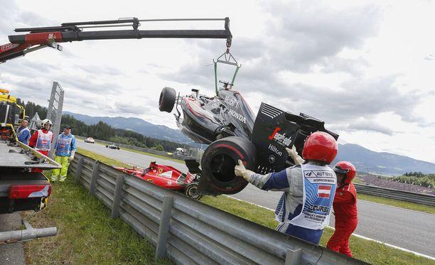 Fernando Alonson ja Kimi Räikkösen autot kokivat kovia Itävallan GP:ssä.