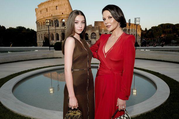 Catherine ja Carys poseerasivat kauniissa Colosseumin maisemissa.