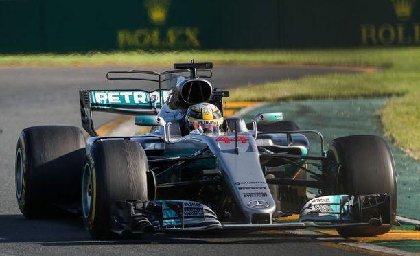 Lewis Hamiltonin oli pakko mennä varikolle muita aiemmin.