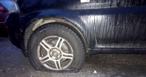 Yöllinen puhkoja tai puhkojat tuhosivat renkaita lukuisista pysäköidyistä autoista Tampereen Lentävänniemessä joulukuun lopussa.