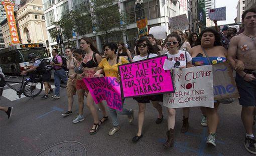 Seksuaalista häirintää vastustavia aktivisteja Chicagon Slut Walk -mielenosoituksessa vuonna 2015.
