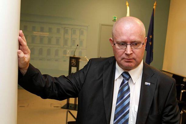 Oikeus- ja työministeri Jari Lindström (ps) on alkanut soitella takaisin niille, jotka haistattelevat hänelle puhelimessa.