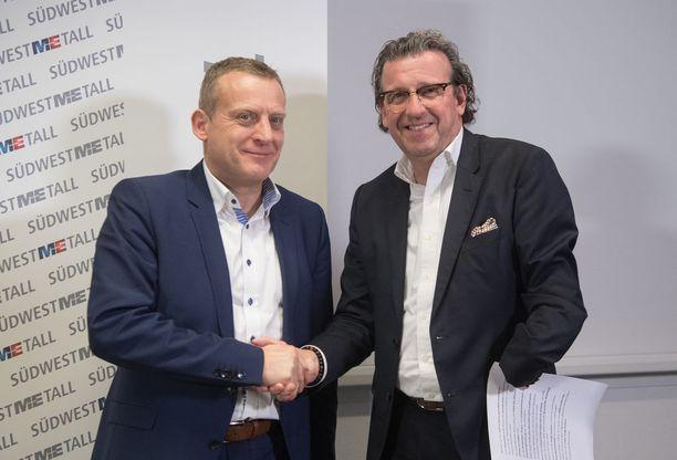 Työnantajapuolta edustavan Suedwestmetallin puheenjohtaja Stefan Wolf ja IG Metallin Roman Zitzelsberger löivät kättä päälle työehtosopimusneuvotteluiden päätteeksi.