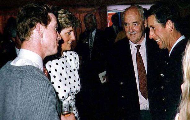 Prinsessa Diana myönsi salasuhteen vuonna 1995. Kuvassa James Hewitt, vas., Diana ja prinssi Charles, oik. Tämän kuvan oton aikana suhde pidettiin salassa.