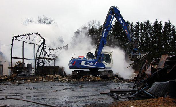 Noin 400 neliön rakennus paloi maan tasalle Akaassa.