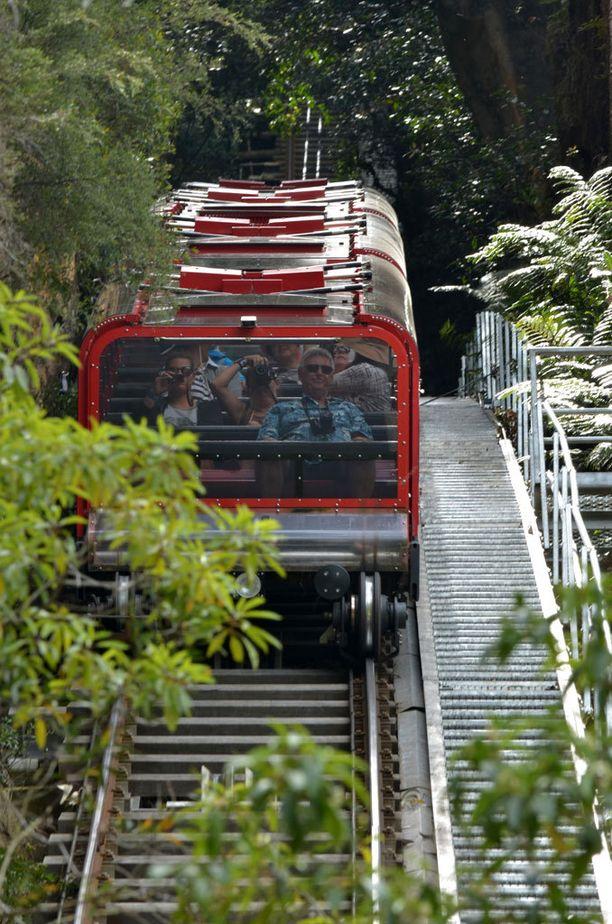 Australian Scenic Railway -funikulaari kulkee vielä Sveitsin rataakin jyrkemässä maastossa.