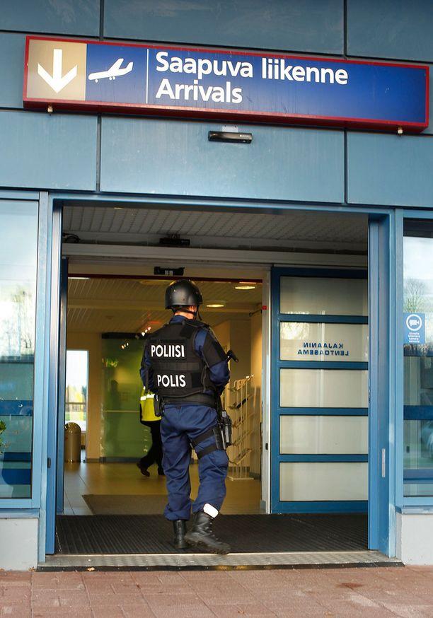 Järeästi varustautuneet poliisit ovat vahtineet Kajaanin lentokenttää tiistaista lähtien.