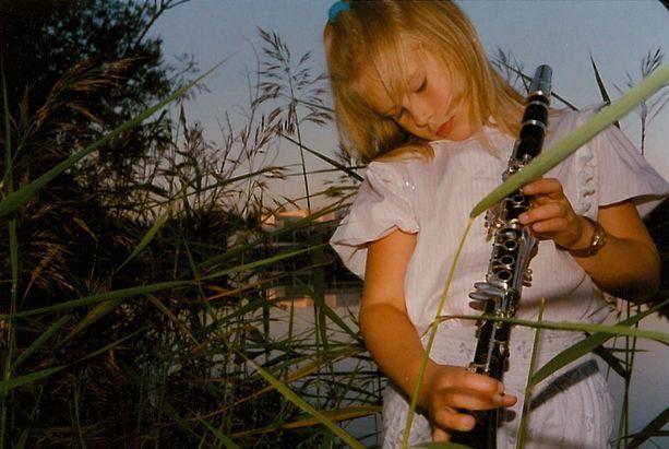 Pikkutytön kädessä klarinetti on iso.