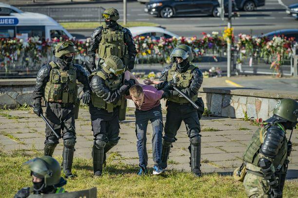 Poliisit ovat kohdelleet mielenosoittajia kovakouraisesti.