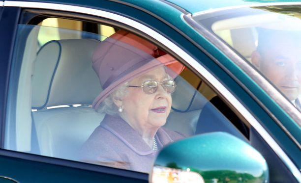 Kuningatar Elisabet ajelee välillä itse autolla esimerkiksi kirkkoon.