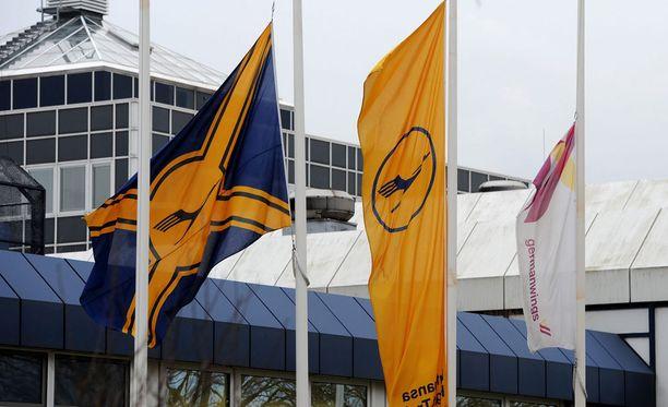 Liput olivat viime viikolla puolitangossa Lufthansan lentokoulussa Bremenissä.