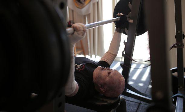 Dean Clifford saa penkistä ylös jopa 150 kilon raudat.