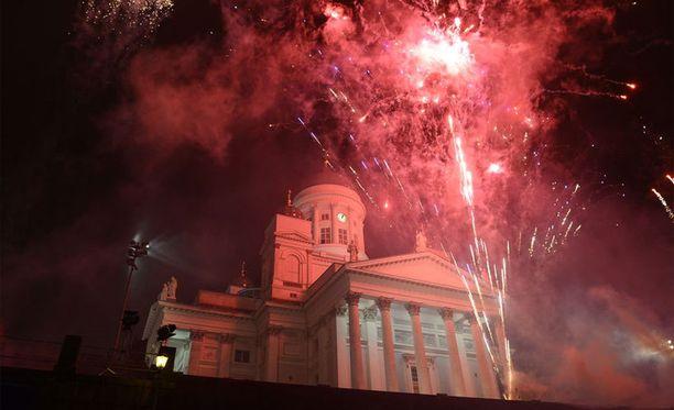 Helsingin Senaatin torilla juhlinta sujui rauhallisesti. Paikalla oli 30 000 ihmistä.
