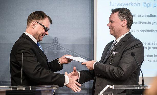 Professori Juho Saari luovutti eriarvoisuustyöryhmänsä raportin ja toimenpide-ehdotukset pääministeri Juha Sipilälle keskiviikkona Kesärannassa.