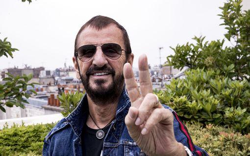 Uskoisitko 80-vuotiaaksi? Ikinuori Ringo Starr juhlii pyöreitä – lapsuusvuodet sairaalassa sytyttivät palon soittamiseen