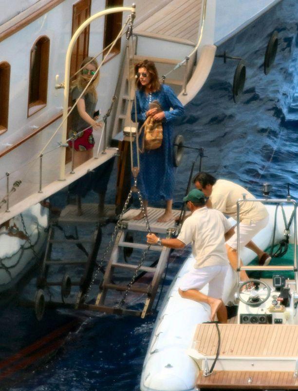 Caroline ja Alexandra avustettiin veneen kannelle.