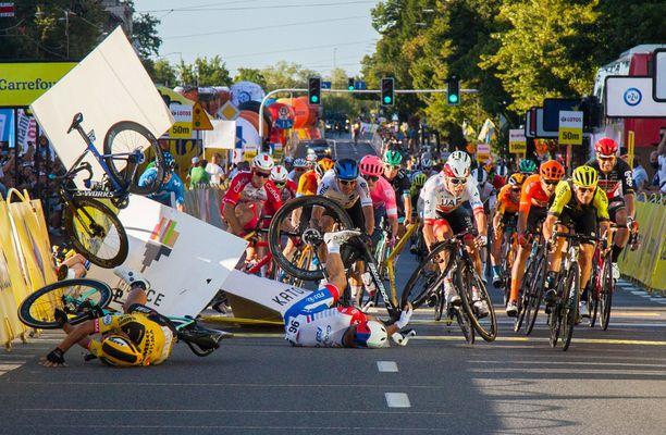 Dylan Groenewegenin (edessä keltaisessa vasemmalla) ajolinjaa pidettiin todella vaarallisena temppuna. Vakavasti loukkaantunut Fabio Jakobsen jäi mainosaitojen taakse ilmalennon jälkeen.