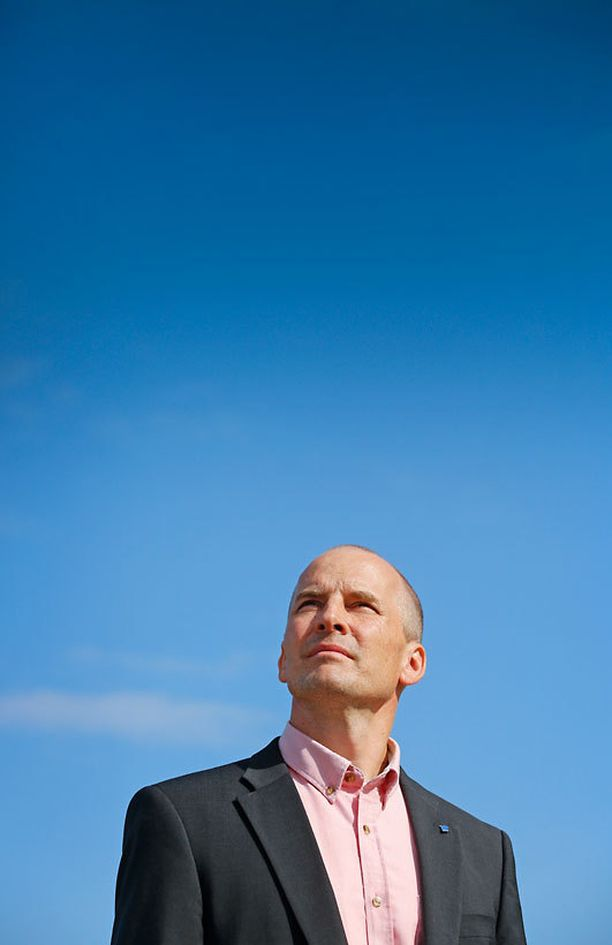 Suomen lentäjäliiton turvatoimikunnan puheenjohtaja Hannu Korhonen on huolissaan alan tulevaisuudesta.