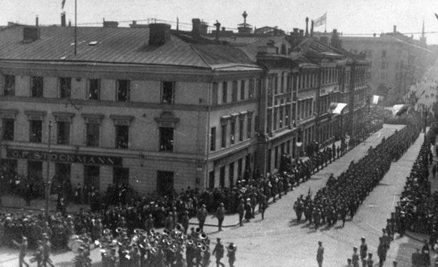 Sisällissodan valkoisten joukkojen voitonparaati Helsingissä 16. toukokuuta 1918.